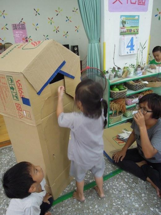 sinsi璉貞自製一個可愛的家 讓孩子們學習去拜訪人家的家時 要懂得那些禮貌.